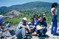 En la Pirámide del Sol, México. Con Jimmy de Acevedo.