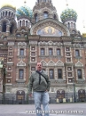 Frente a la Iglesia de la Resurrección de Cristo, el Salvador sobre la sangre, San Petersburgo.