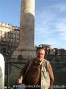 Frente a la columna de Trajano, Roma, 14 diciembre de 2011.
