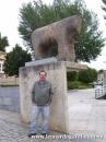 En Salamanca, frente al toro de piedra nombrado en el Lazarillo.