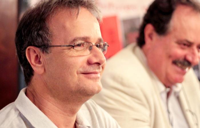 Otra parte de la mesa que presidió la presentación de Sombras sobre la tierra, En primer plano el escritor y periodista Ronaldo Gagiano.