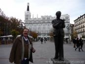 En la plaza Santa Ana, Madrid, junto al monumento a Federico García Lorca.