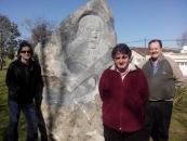 Con Nelson Caula y Néstor Dipaola, frente al monumento a Alfredo Zitarrosa, en la avenida Zitarrosa, de Tandil.